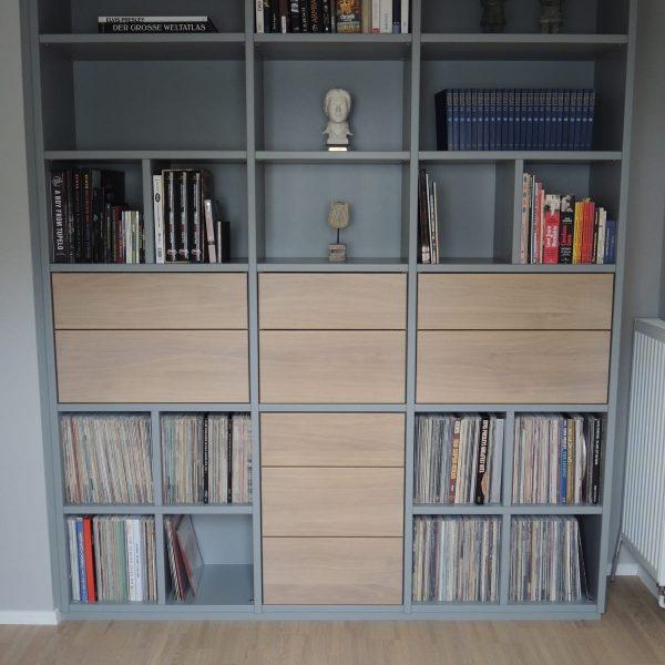 Bücherwand deckend grau lackiert, Akzente deckend lackiertes Glas