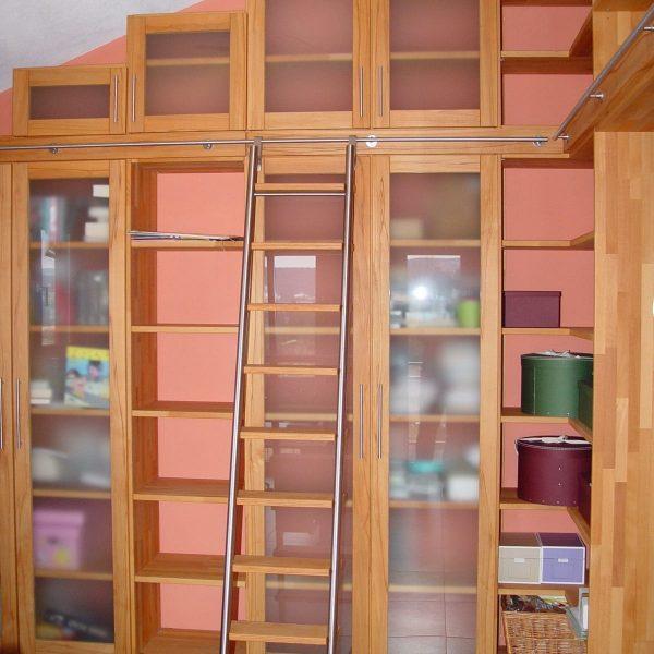 Bücherwand in Buche massiv, Leiter in Edelstahl mit Holzstufen