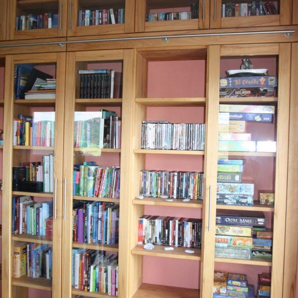 Bücherwand in Kernbuche massiv mit Edelstahl-Reling