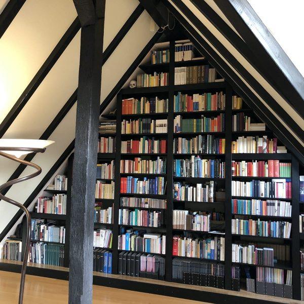 Bibliothek an einer Giebelwand in Fichte massiv, schwarz gebeizt