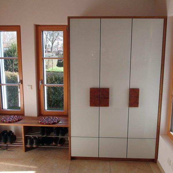 Massivholz-Garderobe mit deckend lackiertem Glas und Akzenten in Hirnholz