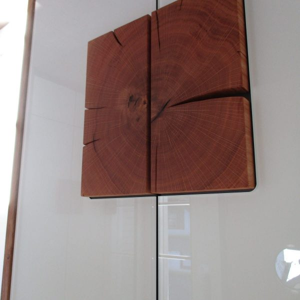 Eiche massiv Hirnholz mit deckend lackiertem Glas