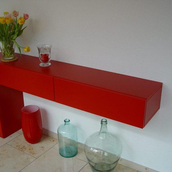 Schrank deckend rot lackiert