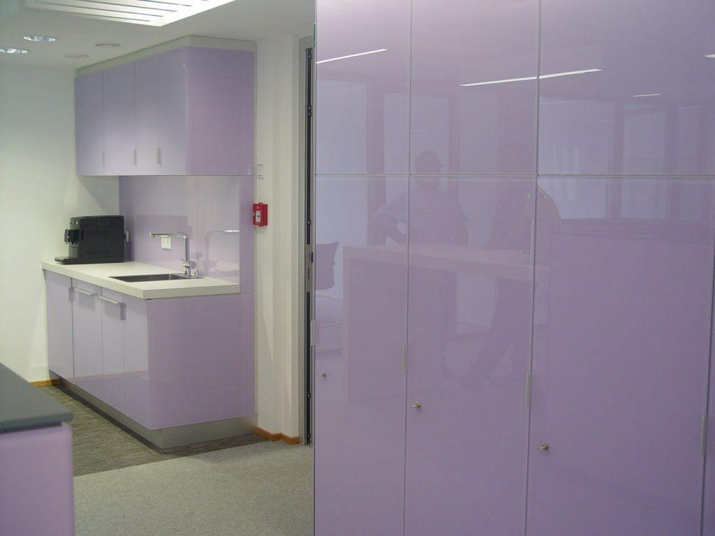 pflegeleichte Einbauküche und Schrank mit Glasfronten