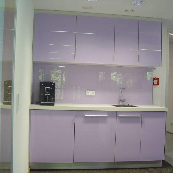 außergewöhnliche Einbauküche mit deckend lackierten Glasfronten und Glas-Rückwänden