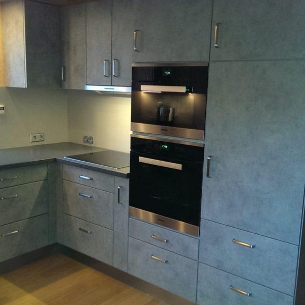 individuelle Einbauküche in Kunststoff mit Arbeitsplatte und Rückwände in Kunststoffbeschichtet