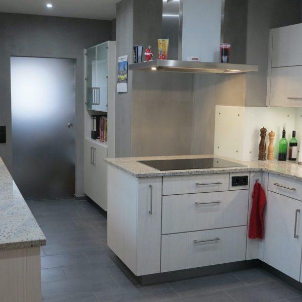 außergewöhnliche Inselküche in Kunststoff mit Granit-Arbeitsplatte