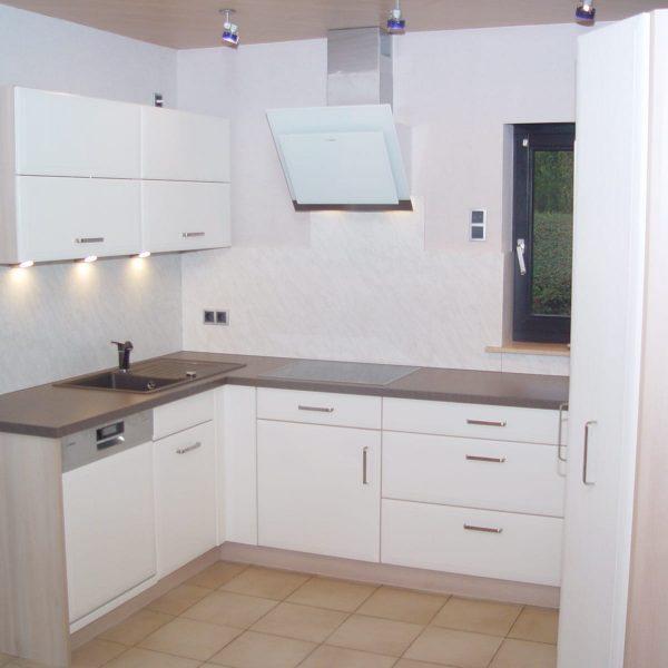 Einbauküche mit Folienfronten und Holzdekor