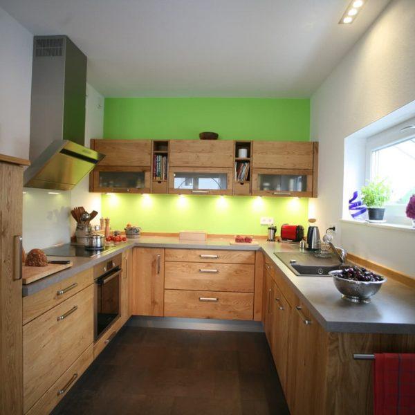 Natürliche U-Küche in zeitloser Gestaltung