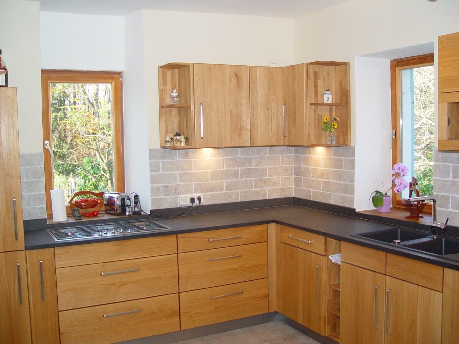 Massivholzküche in Eiche Wildholz mit Granit-Arbeitsplatte