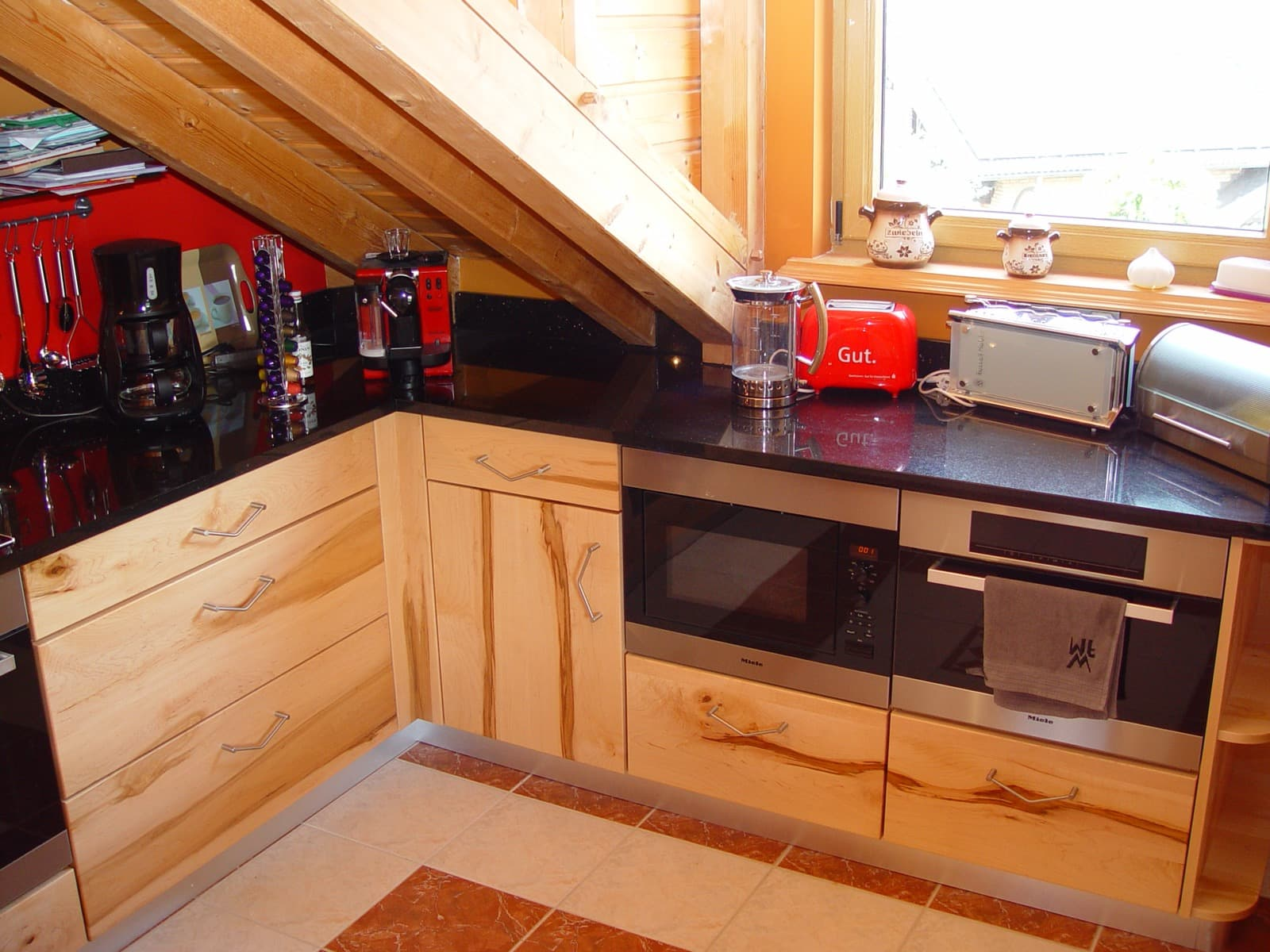 L-Küche in der Dachschräge