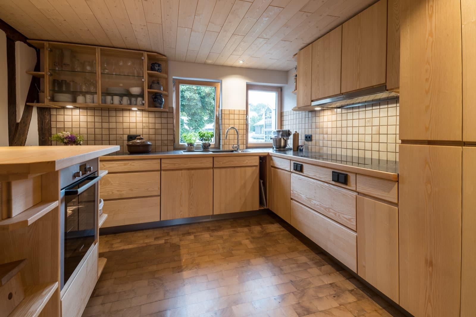 Klassische Vollholzküche in Esche