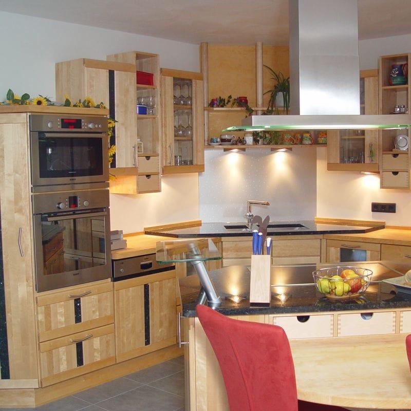 Kleine L-Küche mit Elektrogeräten und Eckspüle