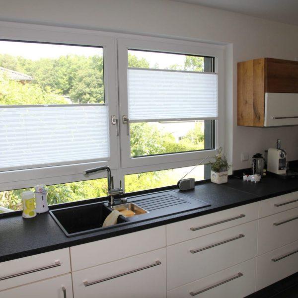 Küche weiß in Hochglanz mit Granit-Arbeitsplatte