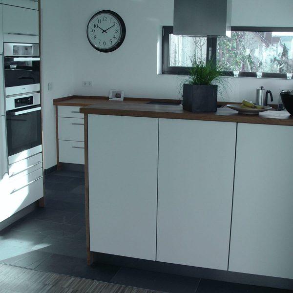 beeindruckende Einbauküche in deckend weiß matt lackiert mit Kirschbaum-Arbeitsplatte