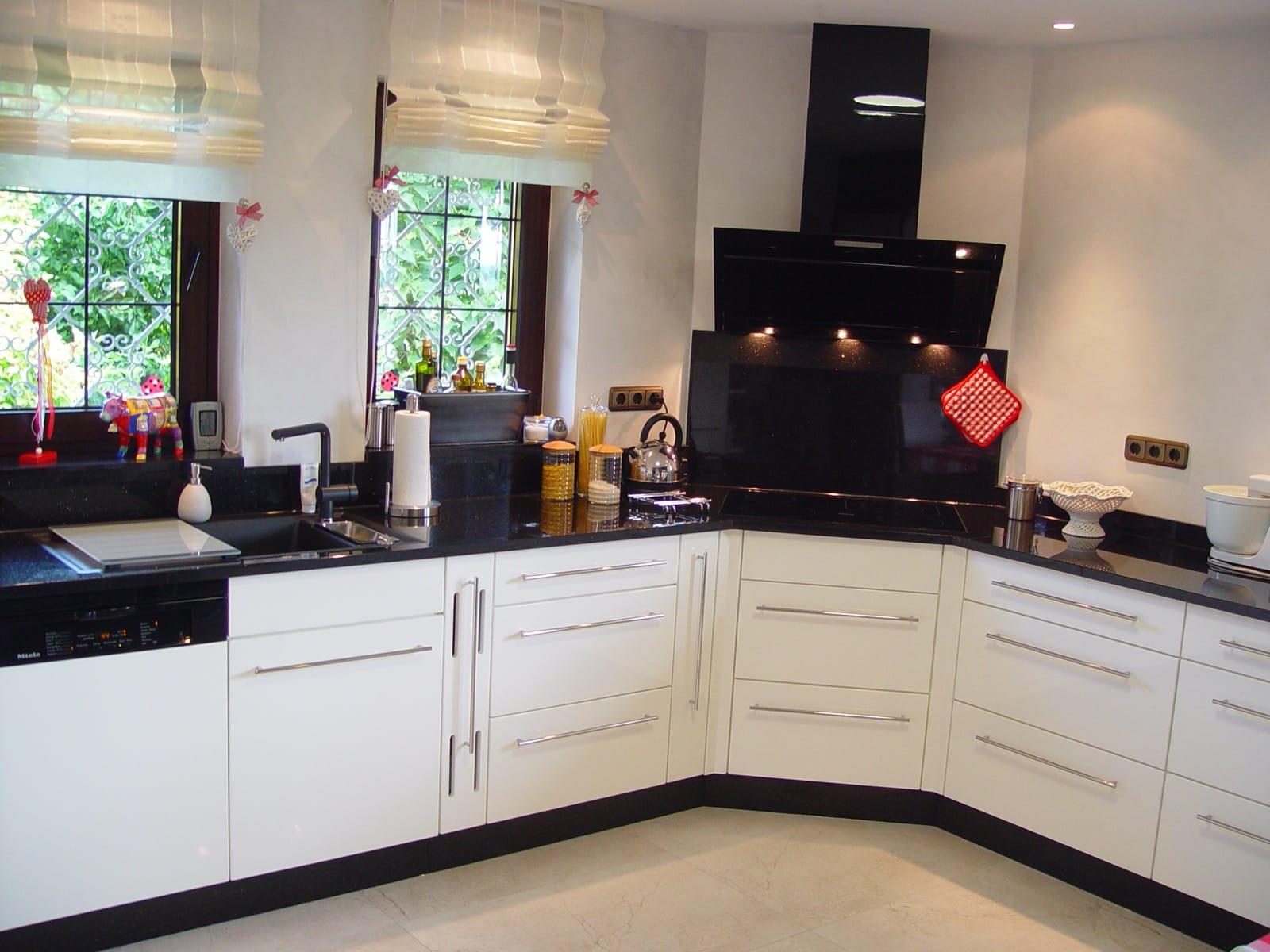 außergewöhnliche Einbauküche in weiß Hochglanz mit Granit-Arbeitsplatte