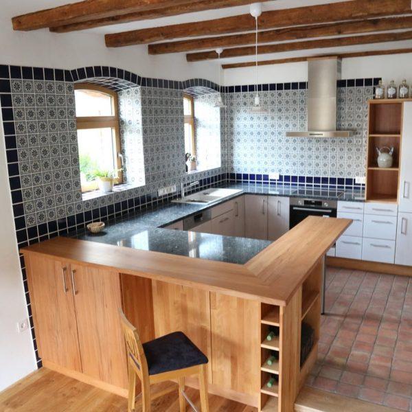 moderne Landhausküche mit gebeizten Fronten und Holz-Akzenten