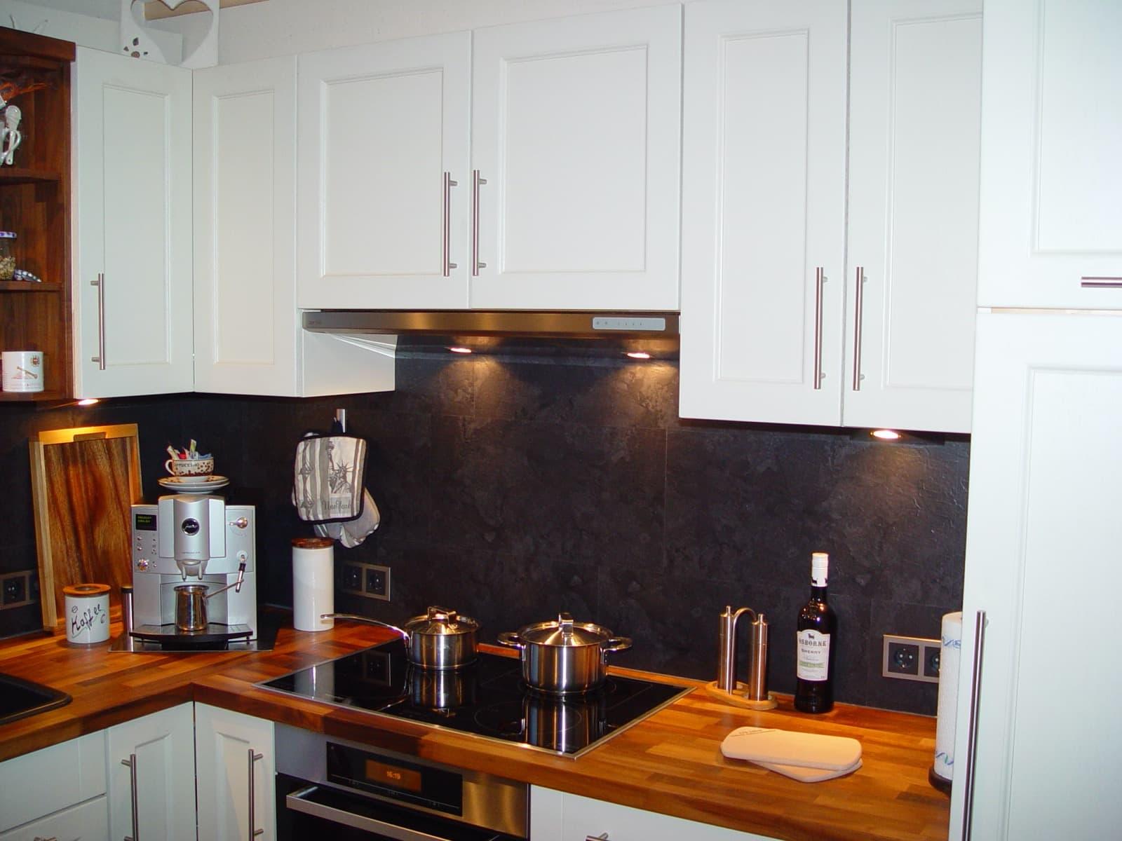 Moderne Landhausküche kombiniert mit Nussbaum massiv