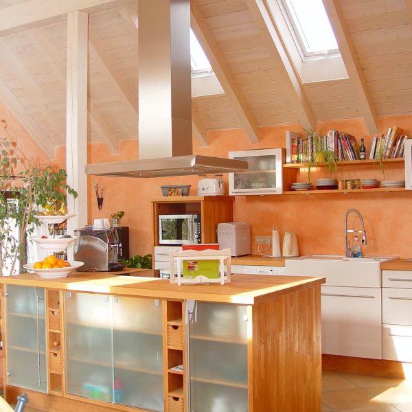 Küche im Landhaus-Stil weiß gebeizt mit Holz-Arbeitsplatte