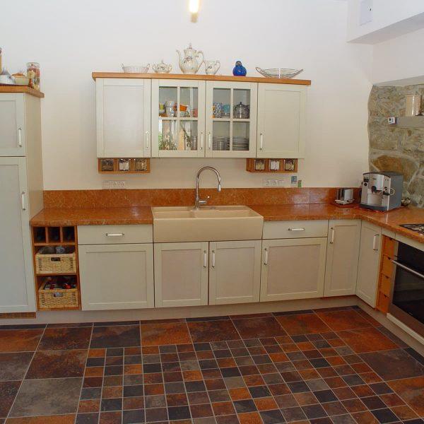 Klassische Landhausküche mit gebeizten Fronten und Marmor-Arbeitsplatte
