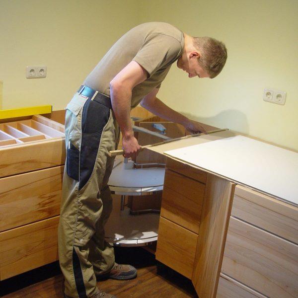Mit Liebe zum Detail wird Ihre Küche /Möbel von unseren eigenen geschulten Mitarbeitern montiert