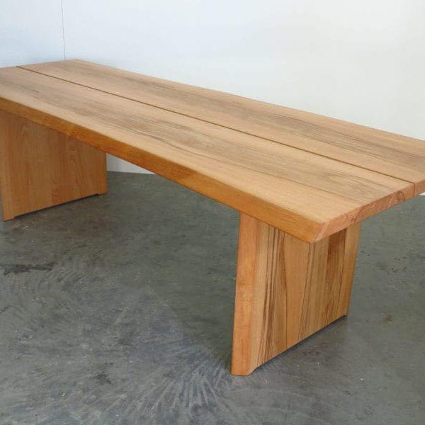 Tische und Bänke mit Baumkante