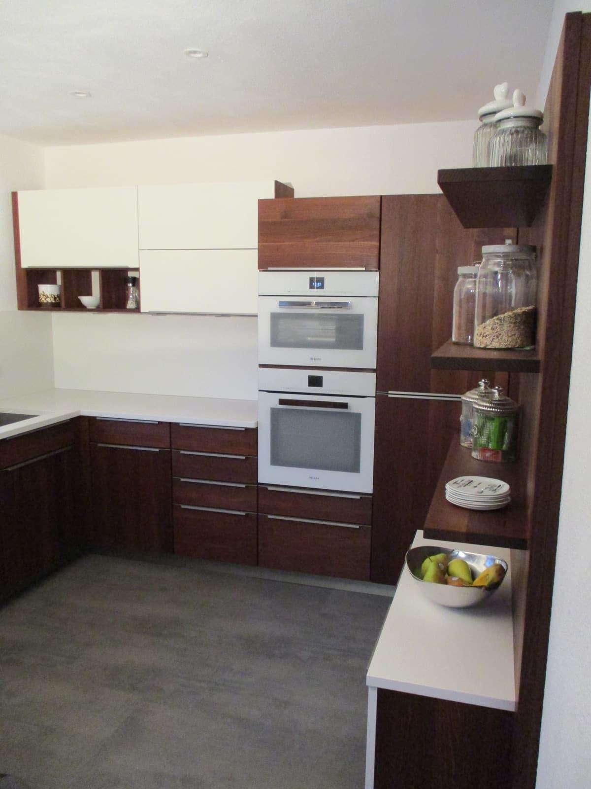 Massivholzküche in Akazie und Farb-Akzenten in deckend matt lackiert, Arbeitsplatte in Quarzstein