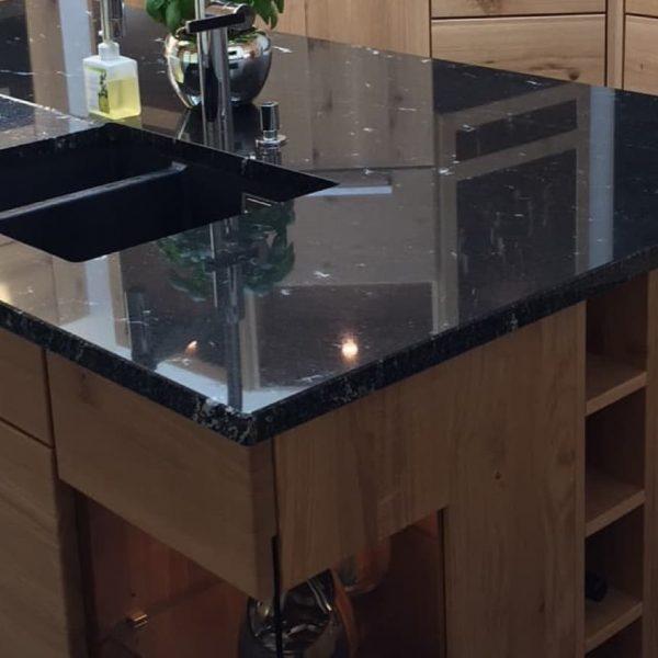 Kücheninsel mit Granit-Arbeitsplatte und Unterbaubecken, Tiefenschliff