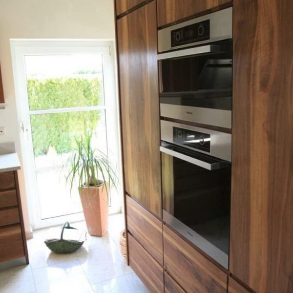 diese grifflose Massivholzküche in Nussbaum Wildholz fasziniert mit ihrer puristischen Klarheit