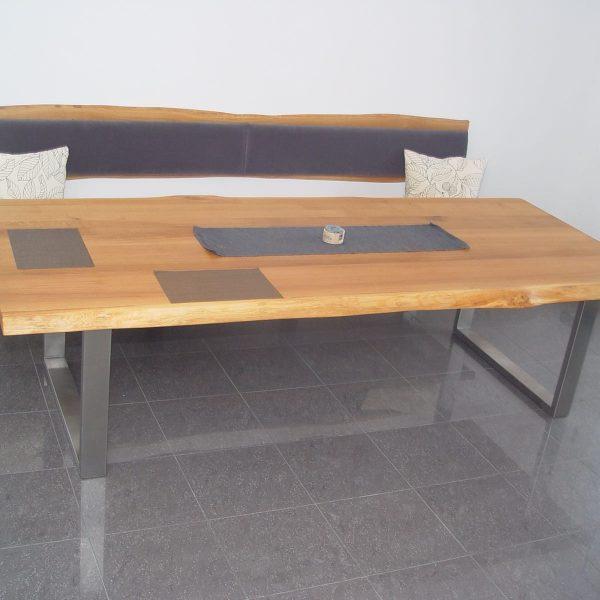Massivholztisch in Eiche Wildholz mit Baumkante und Bank