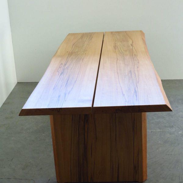 Massivholztisch in Kernbuche mit Baumkante