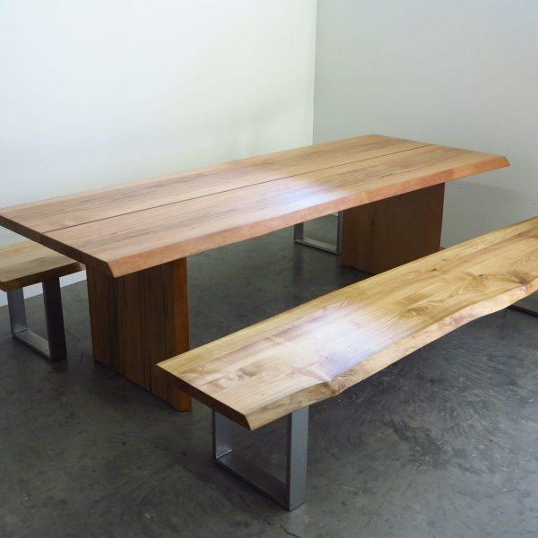 Massivholztisch und Massivholzbank mit Baumkante