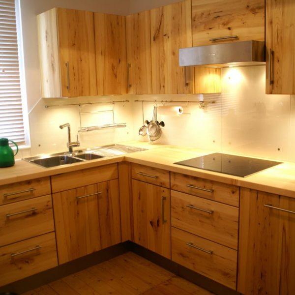 Neue Inspiration mit Wildhölzern – Massivholzküche in Rüster mit einer Holz-Arbeitsplatte in Ahorn