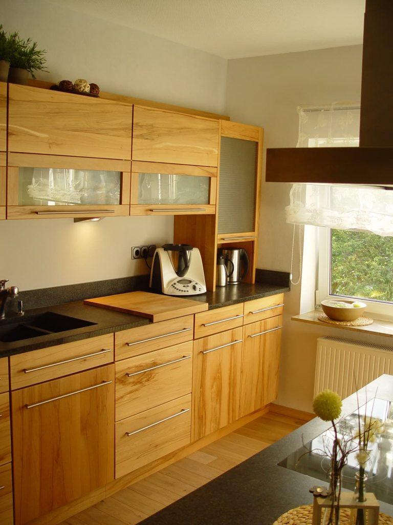 Zeitlos schön – Vollholzküche in Kernbuche mit Granit-Arbeitsplatte