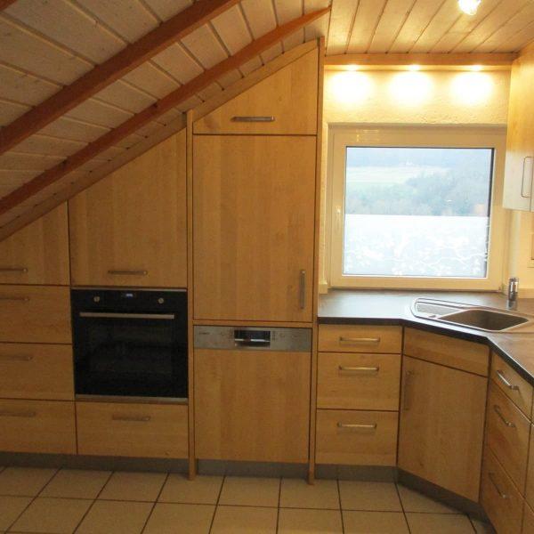 Massivholzküche in Birke in einer Dachschräge