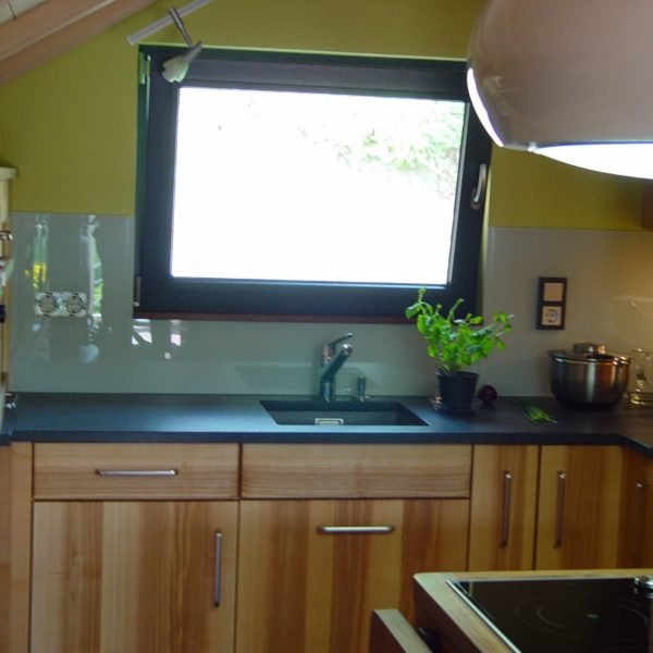 Massivholzküche in Esche Wildholz und Arbeitsplatten in Granit und Nussbaum massiv