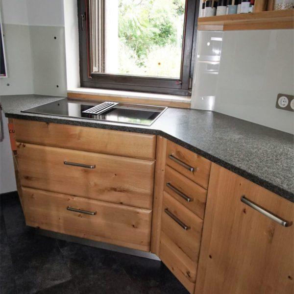 Küche aus Wildeiche mit Granitarbeitsplatte und Glasrückwand