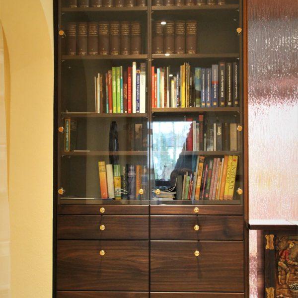 Massivholz Bücherschrank und Garderobe in Räuchereiche massiv
