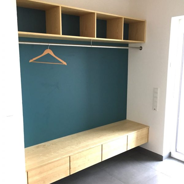 Garderobe in Esche massiv / furniert mit farblichen Akzenten