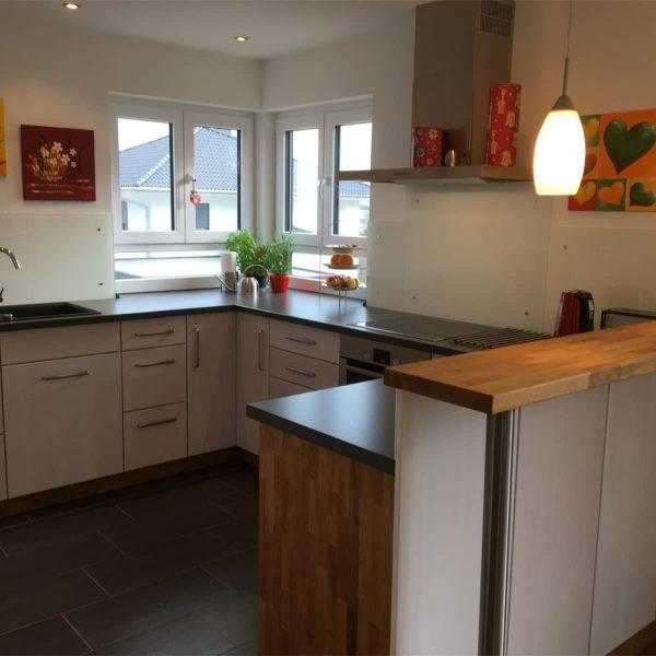 Raumhohe Holzküche weiß gebeizt mit Holz-Akzenten in Eiche
