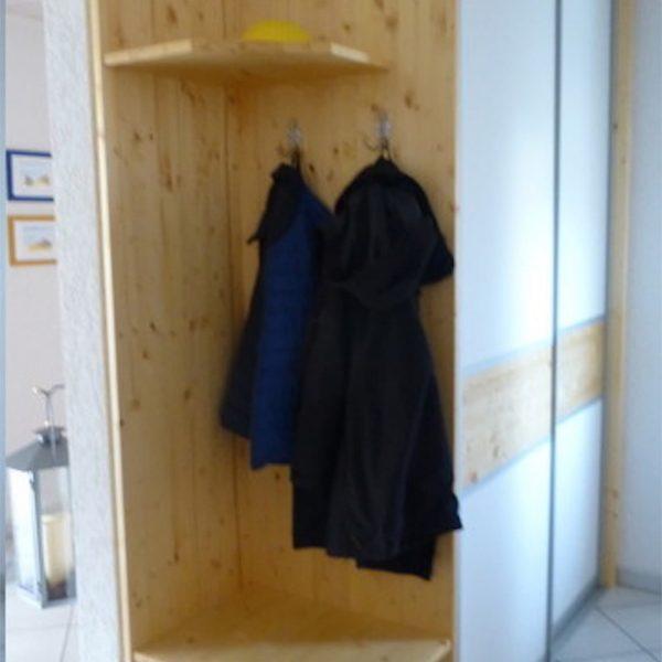 Garderobe mit Schiebetüren raumhoch und Akzente in Fichte massiv astig