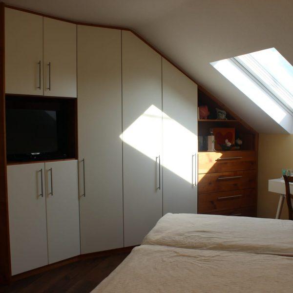 Schlafzimmer deckend weiß lackiert, Akzente in Kirschbaum massiv Wildholz