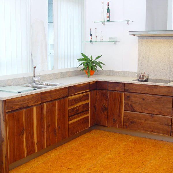 Massivholzküche on Nussbaum Wildholz mit Granit-Arbeitsplatte