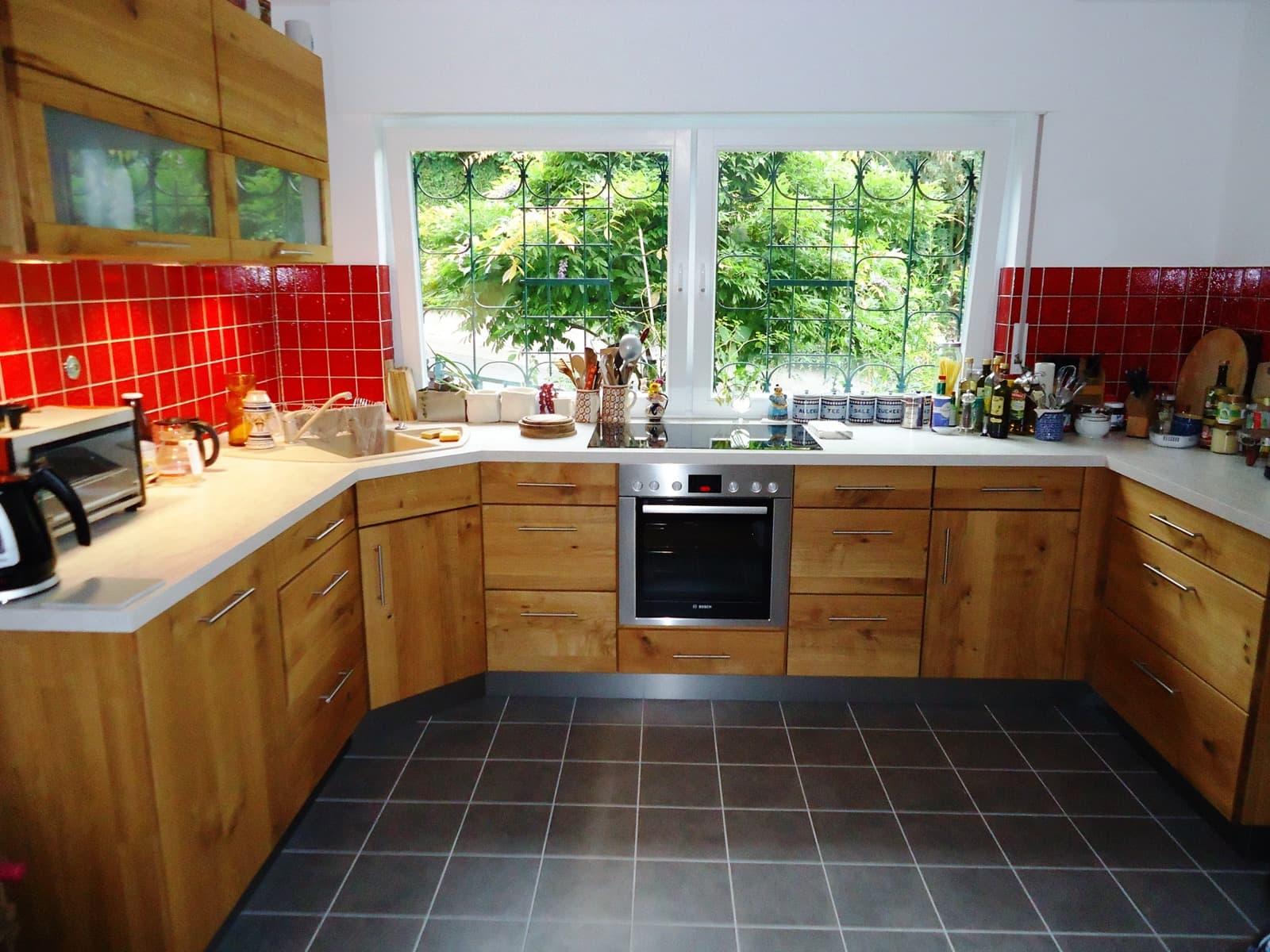 Auch traditionell kann natürlich sein, Echtholzküche in Eiche Wildholz