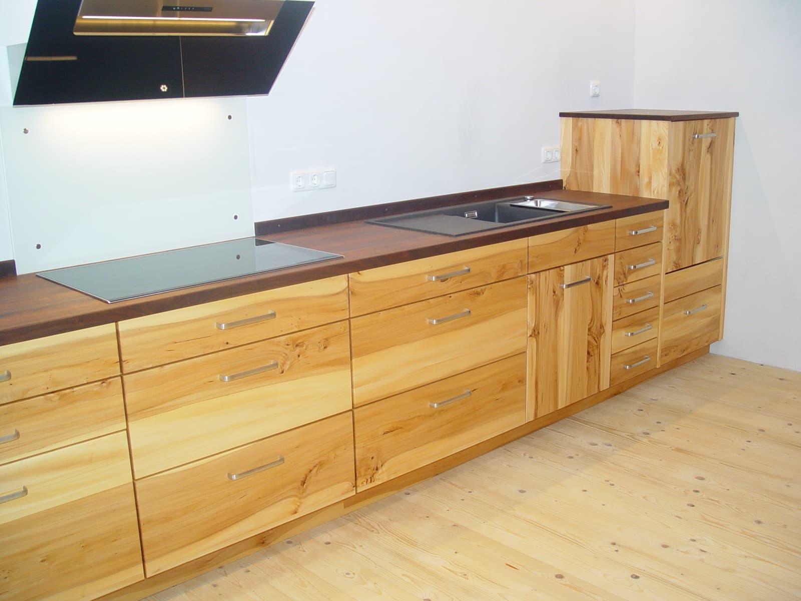 Massivholzküche in Rüster (Ulme) mit Holzarbeitsplatte in Nussbaum