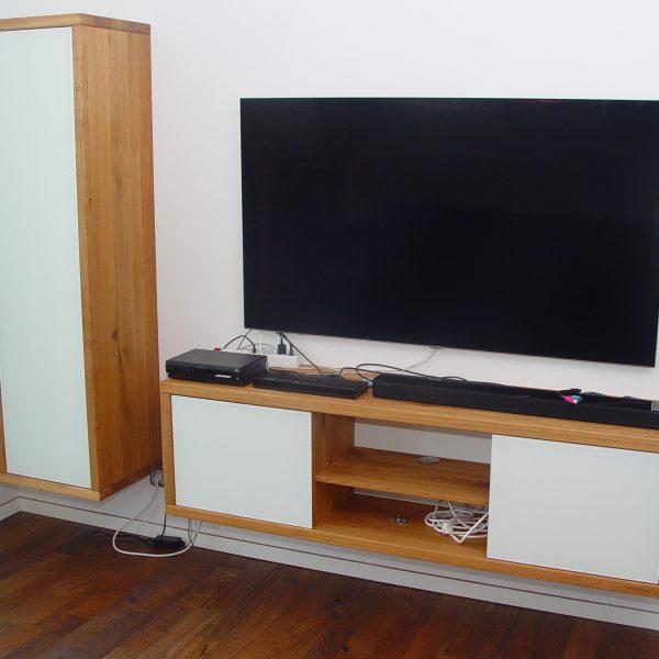 Massivholz-Hifi-Möbel in Eiche Wildholz, Akzente deckend lackiertem Glas