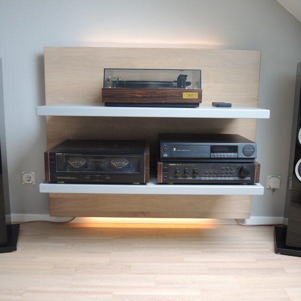 Hifi-Möbel deckend grau lackiert, Akzente in Eiche massiv