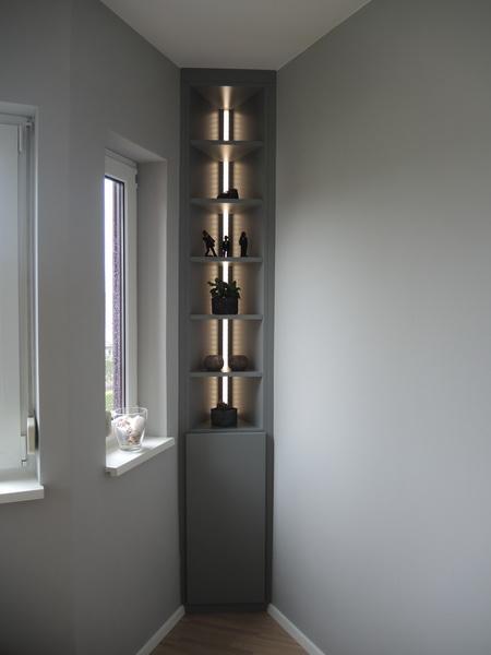 Eckregal deckend grau lackiert mit integriertem Lichtband